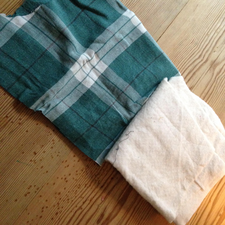 52142895 Her er stoffa eg brukte: Bommullsfôr til høgre og flanellstoff frå  bestefaren mi si gamle arbeidsskjorte til venstre. Svimerkene i bordplata  er etter at eg ...